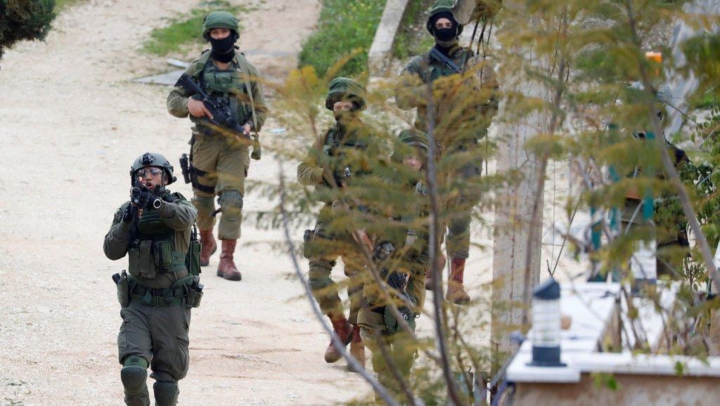 00 - فلسطيني يقتل جنديًا إسرائيليًا ويصيب آخرين دون القبض عليه