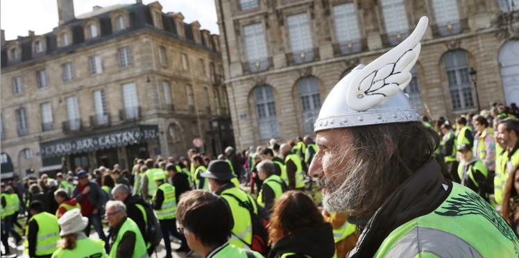 une journaliste de france 24 protegee par 10 cars de crs pour avoir tenu des propos anti gilets jaunes - مسيرات السترات الصفراء تتصاعد والنساء في مقدمة الاحتجاجات
