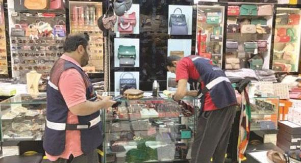 شس - التجارة: ضبط 12 محل مخالف يبيع مواد مقلدة