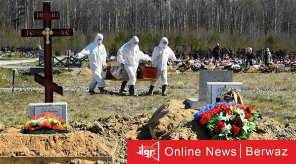عمال مقبرة روسية ينقلون تابوت أحد ضحايا كورونا لدفن - إصابات كورونا حول العالم تتخطى حاجز  الـ 25 مليون إصابة و846 ألف وفاة