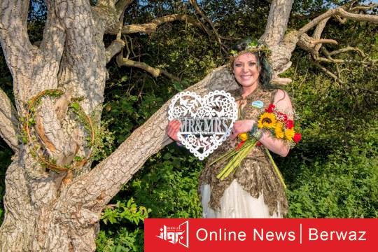 british woman married tree - بريطانية تحتفل بعيد زواجها من شجرة