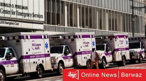 سيارات إسعاف أمام مستشفى أمريكي أرشيف - كورونا تتخطى عالميًا حاجز 1.124 مليون وفاة و40.8 مليون إصابة