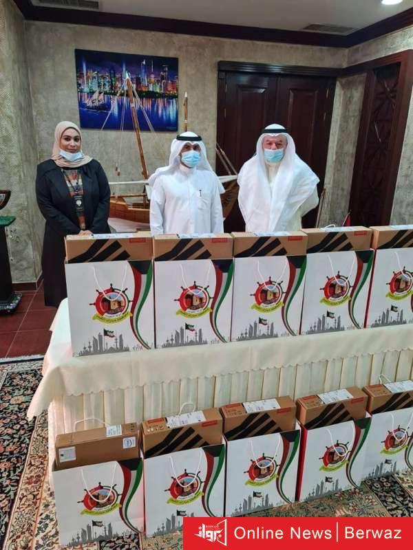 836256 - بوشهري يسلم حواسيب مقدمة من «التجاري» للأسر المتعففة بمبارك الكبير