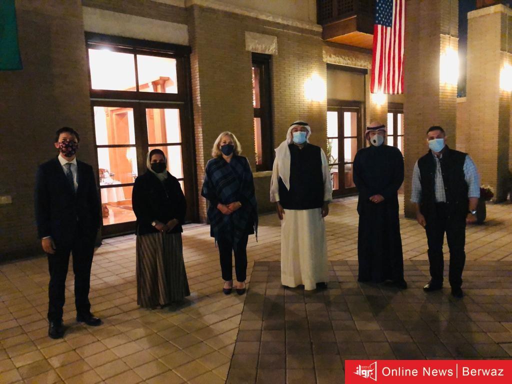 1 - السفيرة الأمريكية تجتمع مع خريجي برامج التبادل الكويتيين