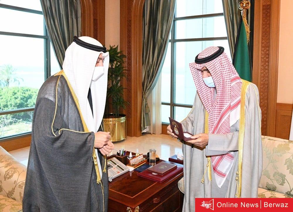 21 - عبدالله عبدالصمد يقدم لسمو الأمير نسخة من العرض المرئي لمشاريع المؤسسة العامة للرعاية السكنية