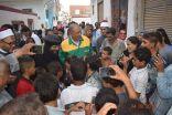 محافظ مصري يرتدي ملابس عمال النظافة ويقود حملة موسعة لتنظيف الشوارع