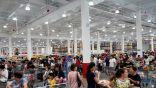 حشود صينية تتسبب في إغلاق متجر أمريكي أبوابه في مدينة شنغهاي