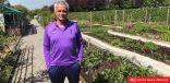 بالفيديو  مورينيو يتطوّع في الزارعة لصالح مطبخ توتنهام