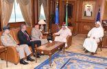 وزير الداخلية يبحث مع مسؤول عسكري بريطاني موضوعات مشتركة